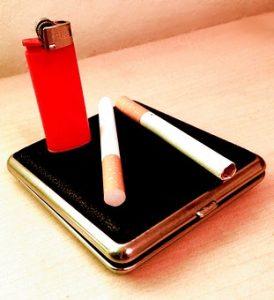 табакера със запалка и цигари
